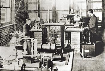 Braggs' laboratory, 1900